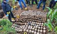 Autoridades observan ilícitos decomisados durante el estado de Sitio en Santa Catarina Ixtahuacán. (Foto Prensa Libre: Ejército de Guatemala)