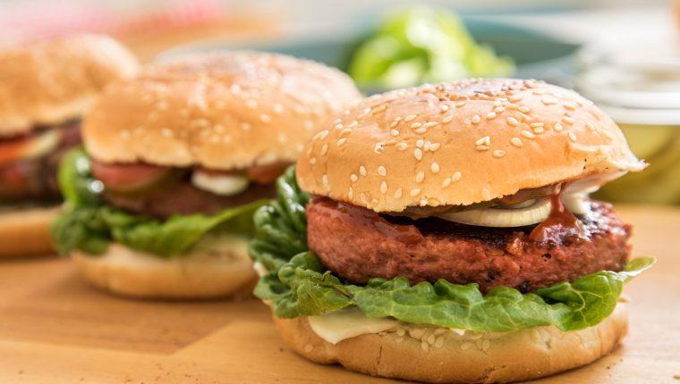 Parece carne, pero no lo es: los productos sustitutos de base vegetal están en auge. Foto Prensa Libre DPA