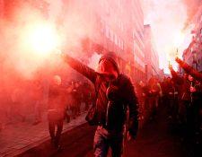 Manifestantes flamencos de derecha y extrema derecha encienden bengalas durante una protesta contra el Pacto de Migración de Marrakech en Bruselas, Bélgica, el 16 de diciembre de 2018. Shutterstock / Alexandros Michailidis