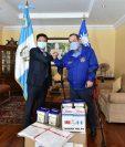 Presidente Alejandro Giammattei recibe un donativo de Li-Cheng Cheng, embajador de Taiwán, para la emergencia del coronavirus. (Foto Prensa Libre: Presidencia)