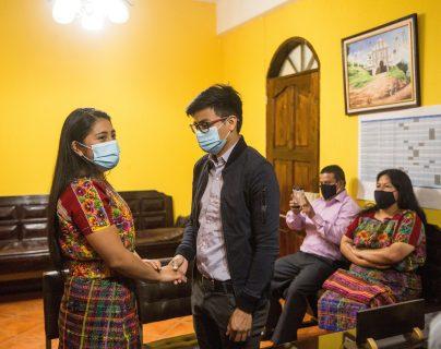 Viviana Xocop  y Byron Caná, celebran su boda en el despacho del alcalde del municipio de San Juan Comalapa. (Foto Prensa Libre: EFE)