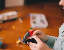 Sea el facilitador para dar a sus hijos espacios y elementos que les ayuden a crear.  (Foto Prensa Libre: Kelly Sikkema/Unsplash).