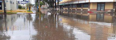 Las calles se inundaron en Xela por las fuertes lluvias de este domingo (Foto Prensa Libre: Conred)