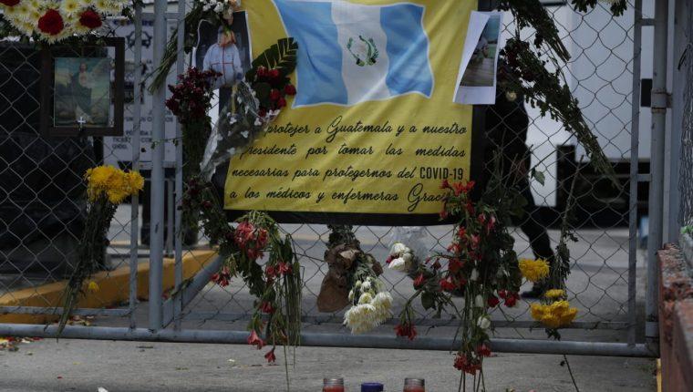 En el hospital temporal del Parque de la Industria fueron colocadas coronas y flores en memoria del Dr. Óscar Hernández Alonzo, quien murió a causa del coronavirus. (Foto Prensa Libre: Esbin García)