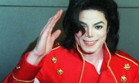 (FILES) In this file photo taken on March 19, 1996 US pop star Michael Jackson waves to photographers during a press conference in Paris. - Brussels has decided against decorating its iconic Manneken-Pis statue in a Michael Jackson costume as planned for the 10th anniversary of the US pop icon's death, officials said on June 21, 2019. (Photo by Vincent AMALVY / AFP)