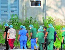 El contagio del covid-19 es un riesgo entre el personal de salud, uno que puede  llevarlos a la muerte. Hasta el 29 de julio se tenía el reporte de 33 médicos fallecidos por el nuevo coronavirus. (Foto Prensa Libre: Hemeroteca)