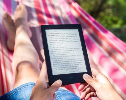 Los eBooks permiten la comodidad de llevar el libro a cualquier lado, sin ocupar un espacio físico. Además, son económicos. (Foto Prensa Libre: Perfecto Capucine en Unsplash).