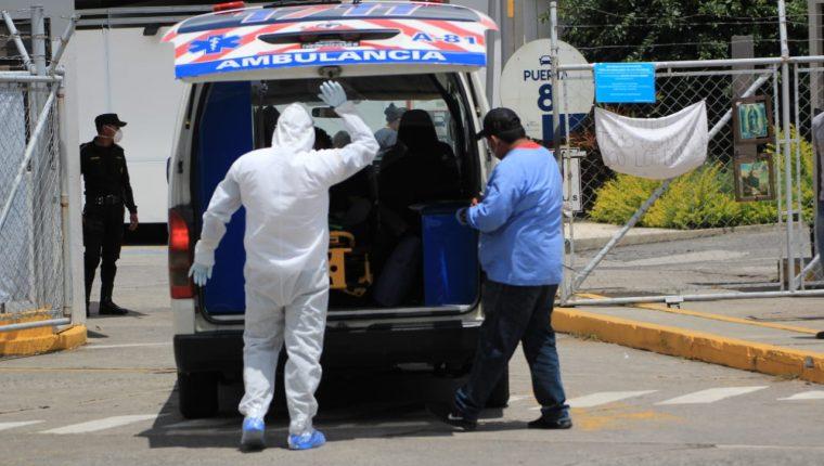 Ingreso de un paciente al hospital temporal del parque de la Industria. (Foto Prensa Libre)