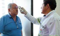 Empleado de la Municipalidad de Guatemala, le miden temperatura a los visitantes y les dan jabón desinfectante para que se echen en las manos debido a lo del coronavirus.  Fotografía. Erick Avila:  13032020