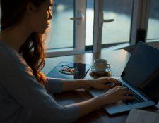 La adicción al trabajo puede ser generada para esconder algún trastorno mental como depresión o ansiedad, según los expertos. (Foto Prensa Libre:  Thought Catalog en Unsplash).