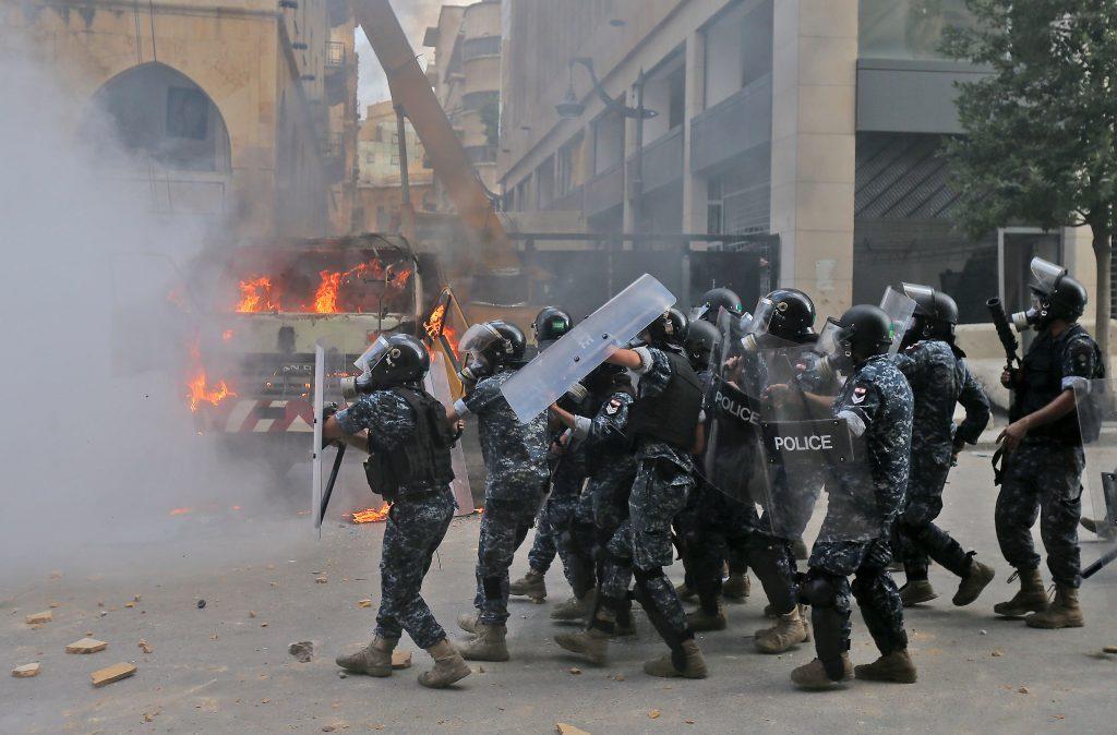 En imágenes: las violentas protestas en Beirut que ya dejan un muerto y decenas de heridos