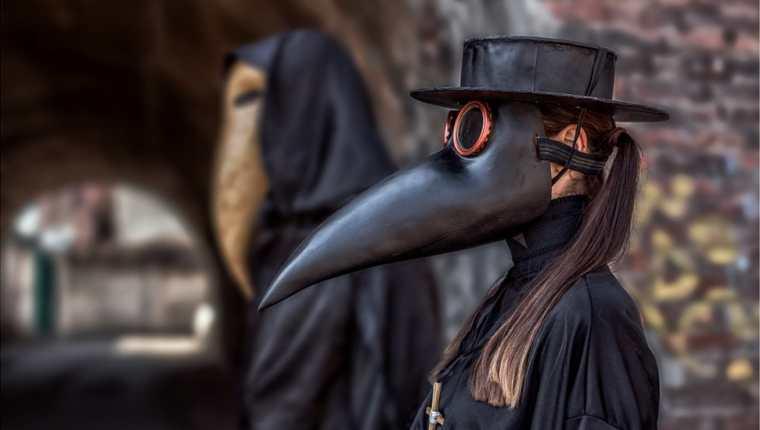 Los médicos que trataban la plaga durante la Edad Media usaban un traje distintivo: la máscara de pico contenía flores secas y reducía el efecto de los malos olores para el médico.