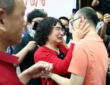 Li Jingzhi y su hijo se abrazan por primera vez en 32 años.
