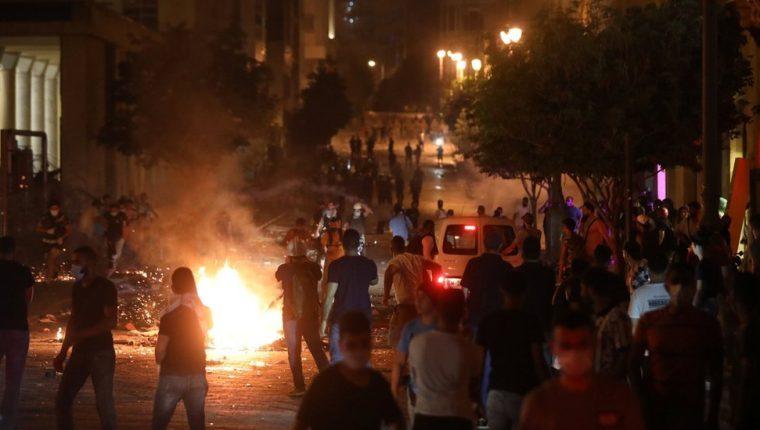 Decenas de personas protestaron frente al Parlamento de Líbano en la noche de este jueves. REUTERS