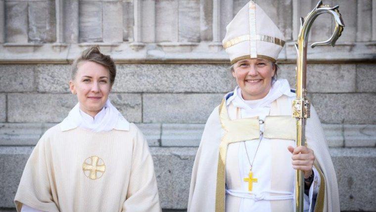 Hedvig Astrom junto a la obispa Karin Johannesson tras la ceremonia de ordenación celebrada en junio.