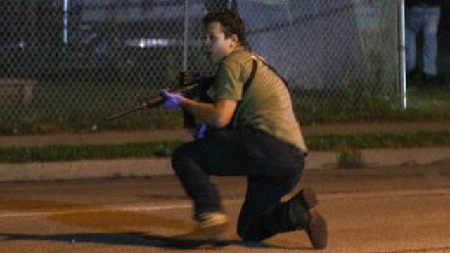 Imagen de un joven armado en las calles de Kenosha, Wisconsin, que los medios han identificado como Kyle Rittenhouse.