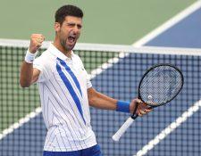 Novak Djokovic festeja después de de vencer en la final a  Milos Raonic. (Foto Prensa Libre: AFP).