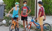 Dentro de las opciones que se manejan está el que los menores de edad usen mascarilla obligatoriamente en las escuelas. (Foto Prensa Libre: EFE)