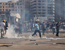 Manifestantes se enfrentan a autoridades este sábado en Beirut, República Libanesa. (Foto Prensa Libre: EFE)