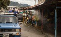 GU6001. SALCAJÁ (GUATEMALA), 08/08/2020.- Un empleado municipal aplica desinfectante a la venta de flores afuera del Cementerio General, hoy en el municipio de Salcajá, departamento de Quetzaltenango, en el occidente de Guatemala (Guatemala). Guatemala arribó este sábado a las 2.197 muertes por la COVID-19 y a los 56.189 contagios de la enfermedad, tras reportar 29 decesos y 917 nuevos casos en las últimas 24 horas. EFE/ Esteban Biba