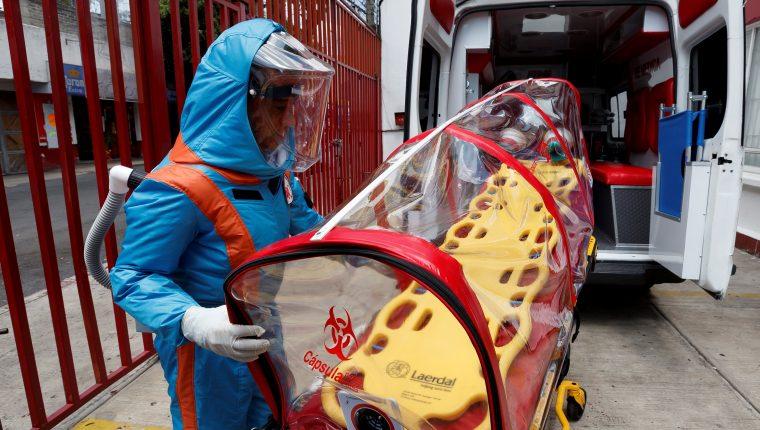 Un paramédico de la empresa XE Ingeniería Médica muestra el diseño de un traje para la atención de pacientes con Covid-19 inspirado en Star Trek. Foto Prensa Libre: EFE