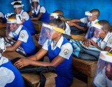 Las escuelas no juegan un papel central en la transmisión del coronavirus, asegura la Organización Mundial de la Salud. (Foto Prensa Libre: EFE)