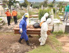 Trabajadores gubernamentales proceden a enterrar un féretro con una víctima de covid-19 en el cementerio de San Cristóbal, estado Táchira. Fotografía:  EFE.