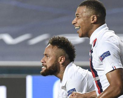 Neymar y Mbappé festejaron después de sufrir casi todo el partido contra el Atalanta. (Foto Prensa Libre: EFE)