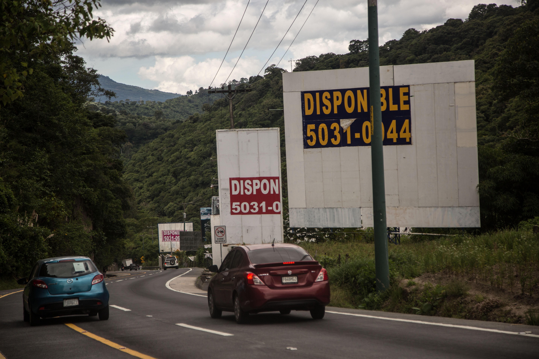 Vallas publicitarias vacías debido a los cierres de múltiples empresas por la pandemia. (Foto Prensa Libre: ACAN-EFE)