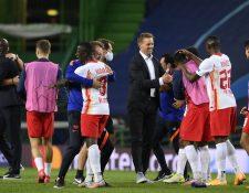 Así festejó el plantel del Leipzig al finalizar el partido contra el Atlético. (Foto Prensa Libre: EFE)