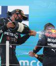 Lewis Hamilton, de  Mercedes, celebra en el podio después de ganar el Gran Premio de Barcelona. (Foto Prensa Libre: EFE).