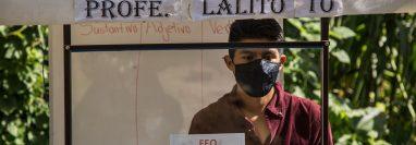 El profesor Gerardo Ixcoy durante su recorrido de clases casa a casa en Santa Cruz Quiché. (Foto Prensa Libre: EFE)