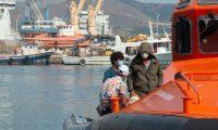 GRAF5621. MOTRIL (ESPAÑA), 26/08/2020.- Algunos de los 18 inmigrantes rescatados cuando viajaban en una patera llegan al puerto de Motril, este miércoles. Salvamento Marítimo ha rescatado y trasladado esta tarde al puerto de Motril (Granada) a 18 inmigrantes de origen marroquí, entre ellos un posible menor, que navegaban en una patera por el mar de Alborán y que estaban siendo buscados desde primera hora de esta mañana. EFE/ Alba Feixas