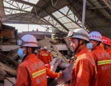 Los equipos de rescate trabajan en el sitio de un restaurante de dos pisos colapsado en el condado de Xiangfen en la provincia de Shanxi, en el norte de China, el 29 de agosto de 2020. Trece personas han sido encontradas muertas y 43 heridas mientras la investigación aún continúa. (Foto Prensa Libre: EFE)