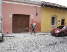 Un empleado desinfecta en las calles de Antigua Guatemala. (Foto Prensa Libre: Noé Medina)
