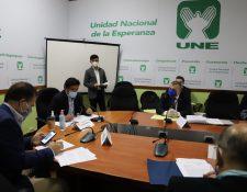 El procurador general de la Nación, Jorge Luis Donado -derecha-, es cuestionado por diputados de la UNE por haber recomendado la destitución del presidente del IGSS. (Foto Prensa Libre: Congreso)