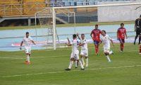 Los jugadores de Comunicaciones festejan el  primer gol conseguido por Andrés Lezcano frente a Xelajú. (Foto Prensa Libre: Norvin Mendoza).