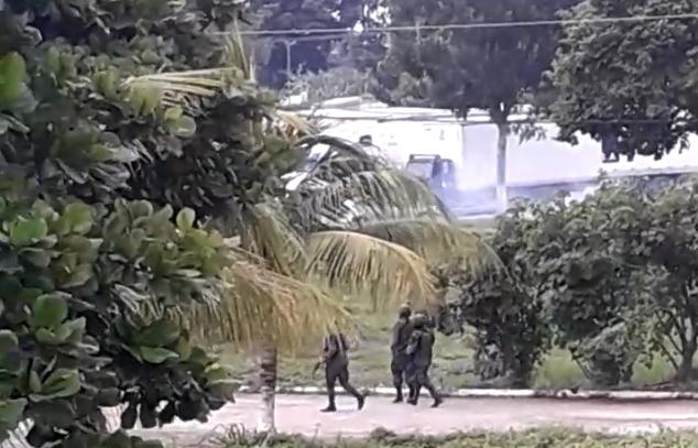 Presuntos contrabandistas fueron dispersados con gases lacrimógenos este viernes en aduana Tecún Umán.