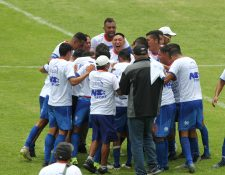 Los jugadores de Achuapa celebran después de lograr el ascenso. (Foto Prensa Libre: Norvin Mendoza)