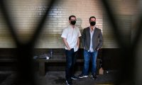 Luis Enrique Martinelli (izq) y Ricardo Martinelli Jr. guardan prisión en el país. (Foto Prensa Libre: AFP)
