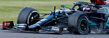 Lewis Hamilton, de Mercedes, ganó el Grand Premio de Silverstone y terminó con un neumático pinchado. (Foto Prensa Libre: AFP)