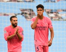 Varane vivió una pesadilla contra el Manchester City. (Foto Prensa Libre: AFP)
