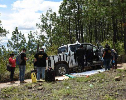 Policías y fiscales del Ministerio Público buscan evidencia en el sitio donde fue ultimado el veterinario francés Benoit Maria en San Antonio Ilotenango, Quiché. (Foto Prensa Libre AFP)
