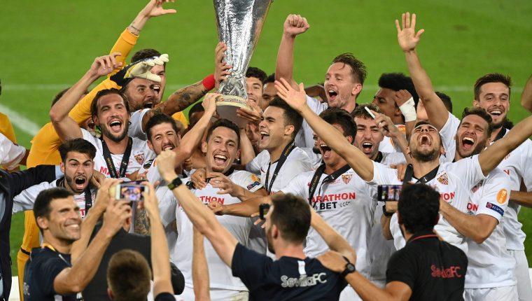 Así festejaron los jugadores del Sevilla el título de la Europa League. (Foto Prensa Libre AFP)