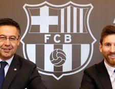 Fotografía tomada el 25 de noviembre del 2017, muestran al presidente del FC Barcelona, Josep Maria Bartomeu, y a Leo Messi luego de la firma de la extensión de su contrato. (Foto Prensa Libre: AFP)
