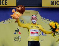 Alexander Kristoff  celebra con el suéter de líder del Tour de Francia. (Foto Prensa Libre: AFP).