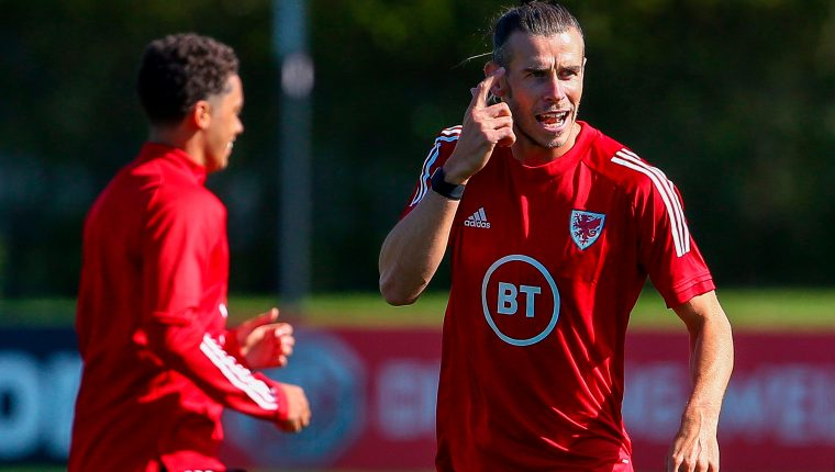 Gareth Bale mostró su felicidad por estar con Gales. (Foto Prensa Libre: AFP)