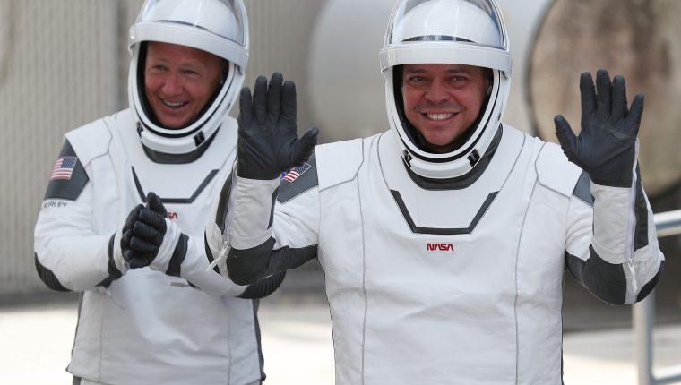 Los astronautas Bob Behnken and Doug Hurley podrían regresar a casa este fin de semana, según las condiciones climáticas por el huracán Isaías. (Foto Prensa Libre: AFP)