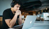 Los audífonos deben usarse por máximo 20 horas a la semana, para evitar problemas de audición. (Foto Prensa Libre: Wes Hicks en Unsplash).
