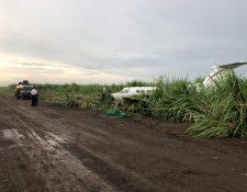 La aeronave es resguardada por una patrulla del Ejército de Guatemala, en Mazatenango, Suchitepéquez. (Foto Prensa Libre: Ejército de Guatemala)